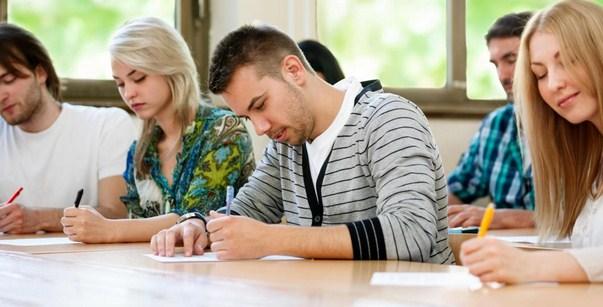 Ilustrasi mengerjakan tes TOEFL